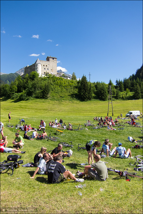 Ausruhen nach dem Giro zu Füßen Burg Nauders