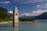 Der berühmte eingestaute Kirchturm von Alt Graun im Reschensee. Hier an einem späten Nachmittag aufgenommen.