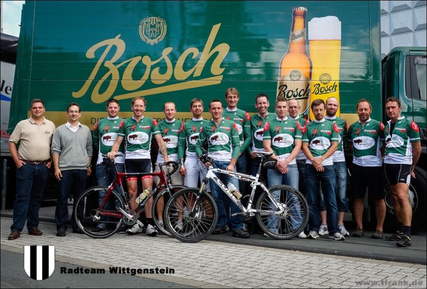 Gruppenfoto Radteam Wittgenstein bei der Trikot-Präsentation mit Hans-Christian Bosch und Dr. Torsten Spillmann