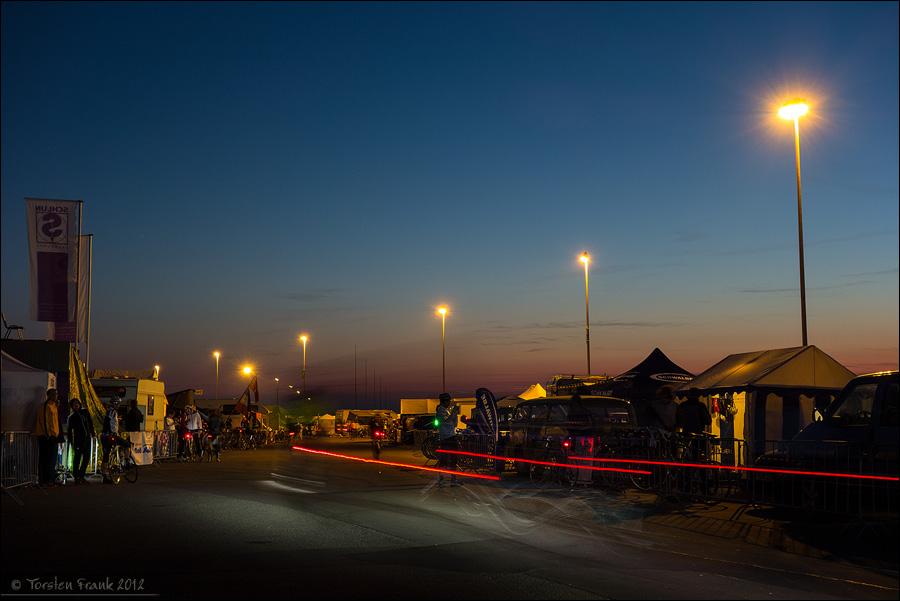 Fahrerlager-Durchfahrt in der Abenddämmerung. Rad am Ring.