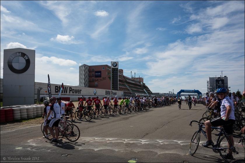 Die Mannschaften formieren sich zum Spalier und erwarten jeweils ihren Schlussfahrer, um gemeinsam über die Ziellinie zu fahren.