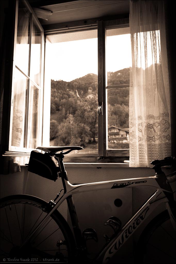 Zimmer mit Ausblick auf den Reichenbachfall (den oberen Teil). Und Rad auf dem Zimmer. Und WLan. Was braucht man mehr... ;-)
