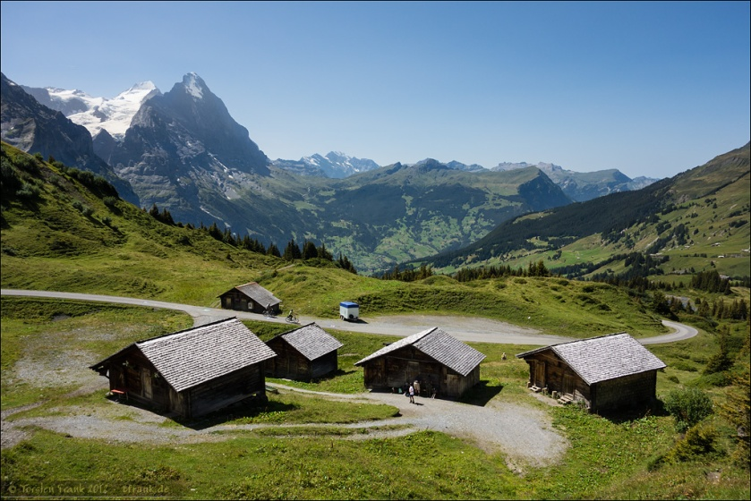 Aussicht von der Grossen Scheidegg über Alphütten auf den Eiger und das Grindelwaldtal