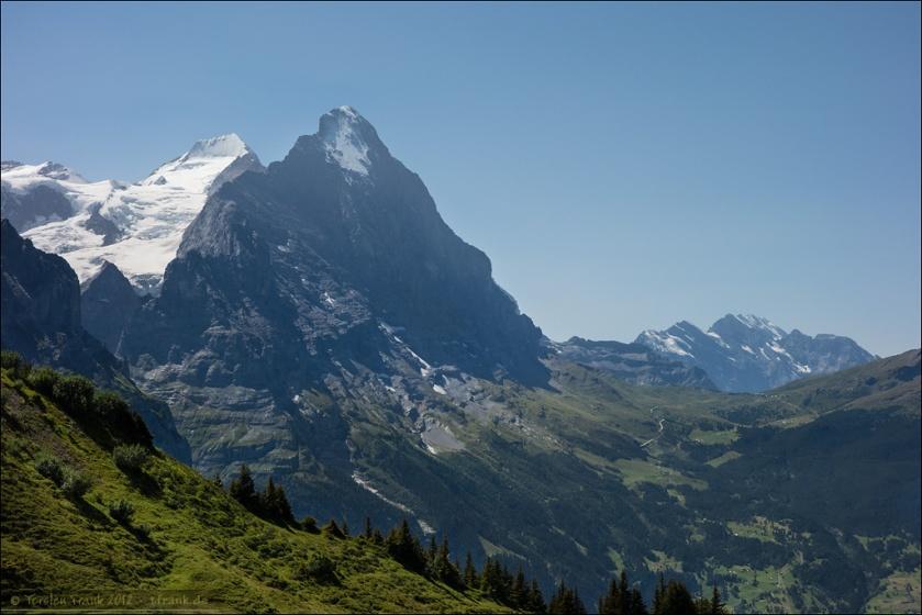Der Eiger, hinter ihm der Mönch und zu seinen Füßen die kleine Scheidegg