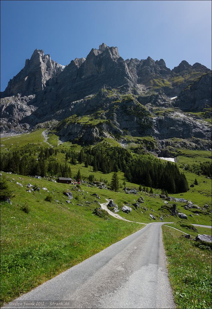 Abfahrt von der Grossen Scheidegg zu Füßen des Wetterhorns.