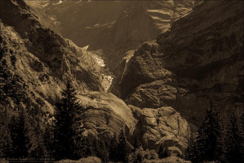 Zerfurchter, gefalteter und vom Gletscher geschliffener Fels. Zeitlos. Bis auf das Eis, das immer weiter zurückweicht...
