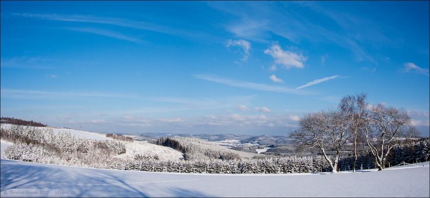 Blick über verschneite Höhen Richtung Berghausen und Bad Berleburg.