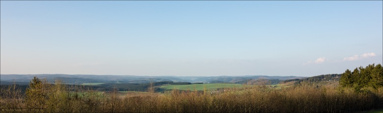 Weite Höhenzüge. Blick über die Wittgensteiner Kammer von der Leimstruther Höhe. Gegen Abend in der Ferne schon leicht diesig.