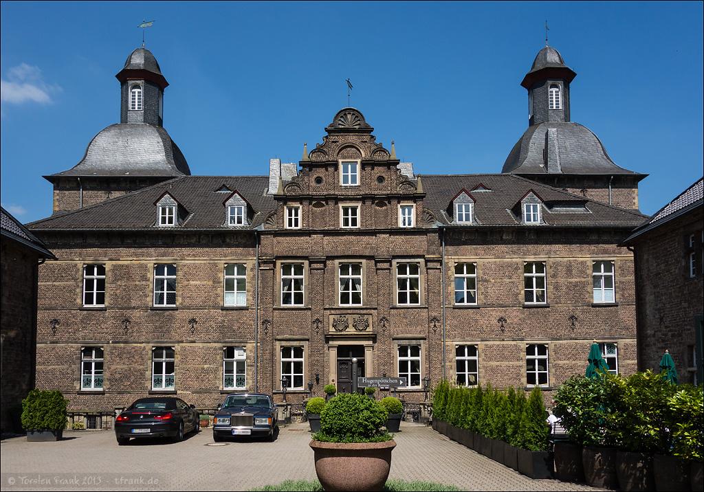 Herrenhaus und Innenhof des Schlosses Hugenpoet