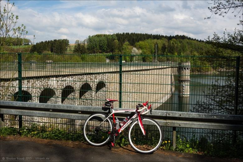 Mein Wilier Triestina GranTurismo vor der Wasserseite der Staumauer der Ennepetalsperre. Als Trinkwassertalsperre ist der Speicher vom Ruhrverband komplett umzäunt.