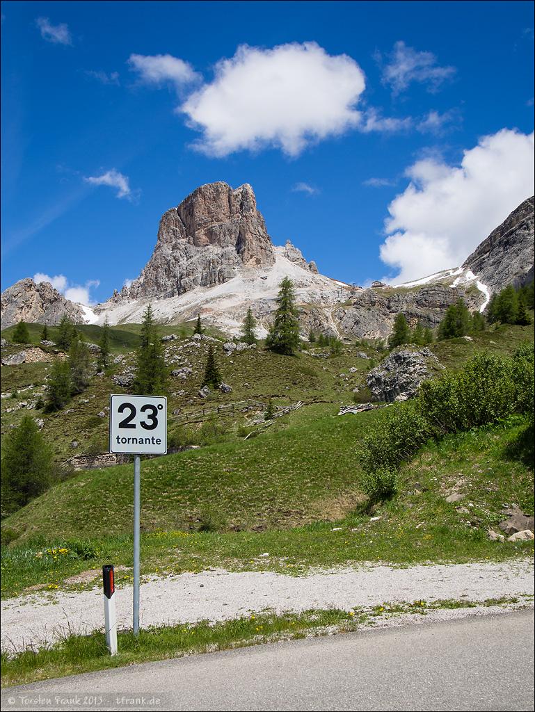 Kehre 23 des Passo Giau. Schon fast oben. Noch ist das Wetter sonnig.