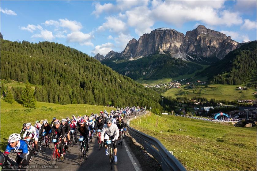 Der erste Anstieg zum Campolongo. Blick zurück über Corvara und auf den Sassongher.