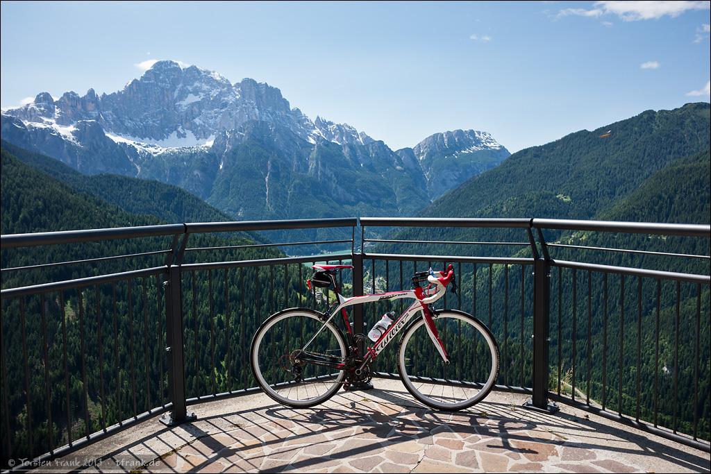 Wilier Triestina GranTurismo vor der Aussicht auf Lago Alleghe und die Civetta-Gruppe.