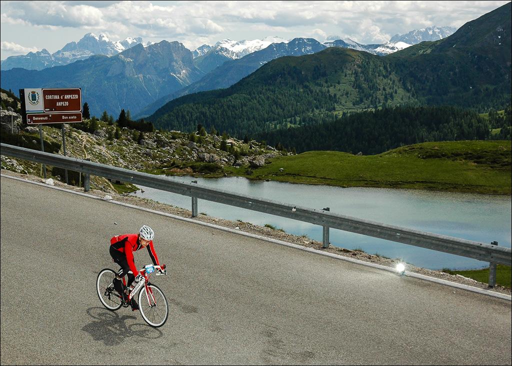 Alle Pässe geschafft, jetzt kann die letzte lange Abfahrt nach La Villa genossen werden. Am Passo Valparola, Foto: Sportograf
