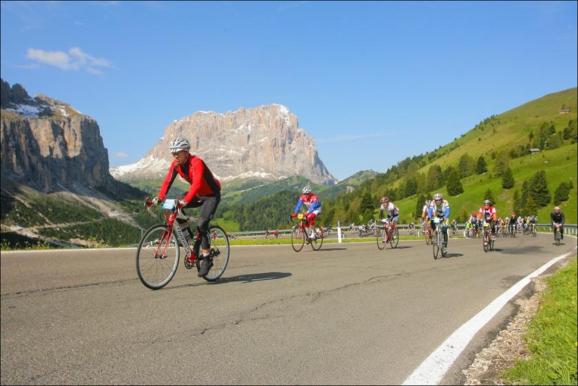 Yours truly kurz vor der Passhöhe des Grödener Jochs mit dem Langkofel im Hintergrund, Foto: Sportograf