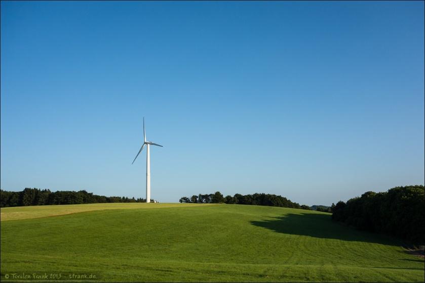 Ein Windrad auf der Höhe neben der A45.