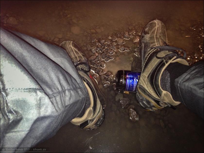 Man muss sich nur zu helfen wissen. Fußstützen, um trockene Füße zu behalten. Küchenzelt morgens um 5.