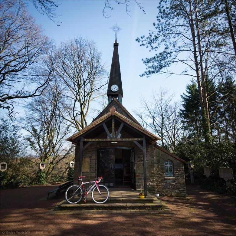 Zum Rennrad-Testen braucht man allen Beistand, den man bekommen kann. An der Friedenskapelle der heiligen Eucharistie.