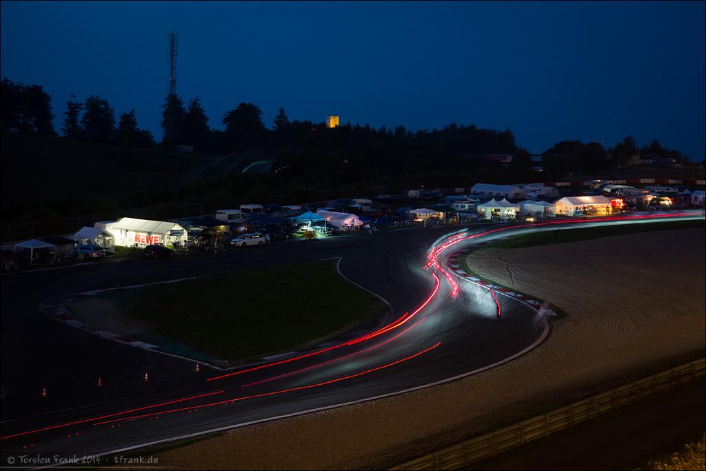 Die Nacht macht es so speziell: In der Dämerung war ich wieder mit kleinem Carbonstativ und der Sony RX 100 unterwegs. Leuchtspuren und im Hintergrund der Turm der Nürburg.