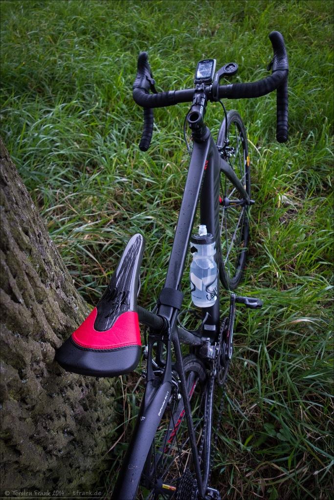 Tune Komm-Vor Carbon Sattel zweifarbig rot/schwarz an meinem Canyon Ultimate CF SLX