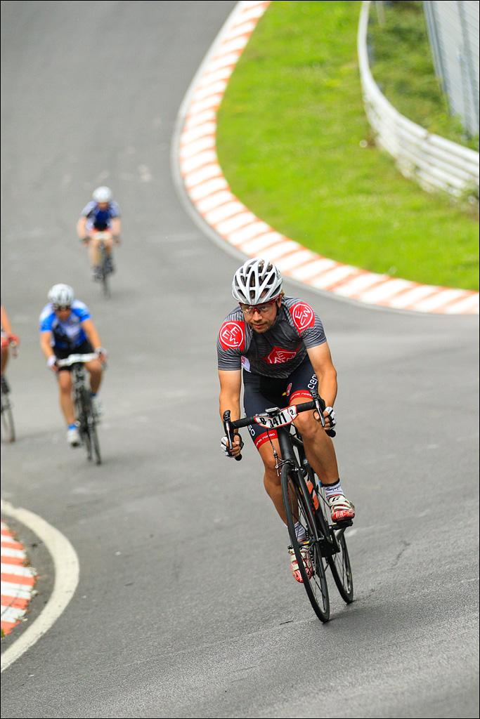 Die Rennstrecke mit den rotweissen Curbs, weiten Kurven und dem Auf und Nieder (Foto: Sportograf)