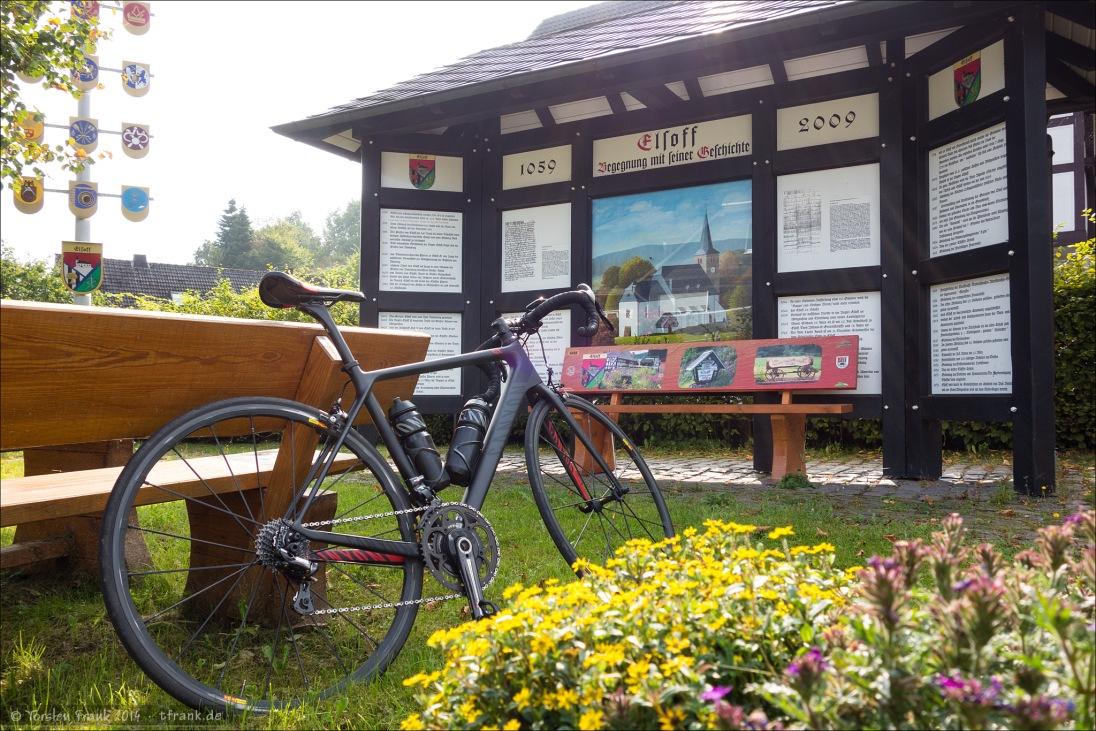 In Elsoff gibt es in der Ortsmitte einen kleinen Ruheplatz mit Bänken, einer Tafel mit Ortsgeschichte und einer Art Ständebaum.