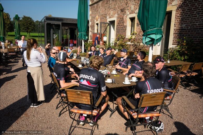 Kaffeepause bei Schloss Raesfeld. Schönes Ziel, leckerer Kuchen, leider schlechter Kaffee.