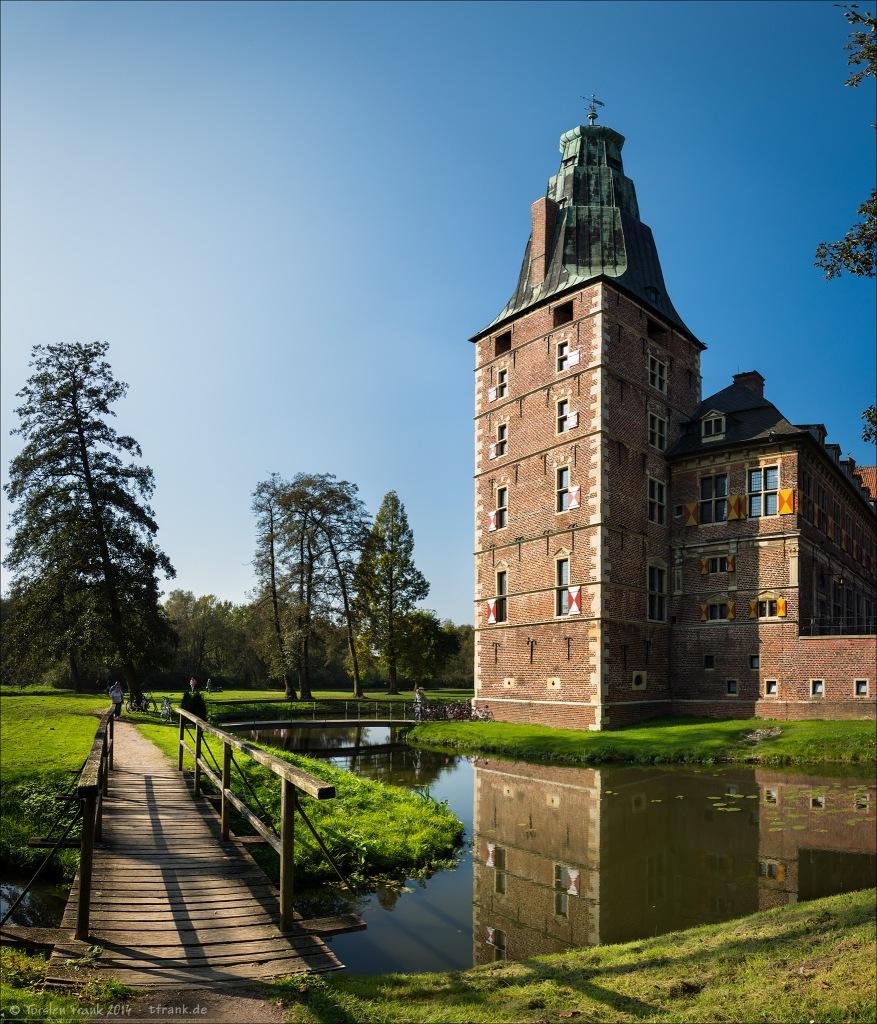 Schloss Raesfeld, ein sehr schönes Ensemble aus umfangreichen Gräften (Wassergräben), dörflicher Schlossfreiheit und Residenzschloss im Renaissance-Stil. Gelegen im Kreis Borken im Münsterland.