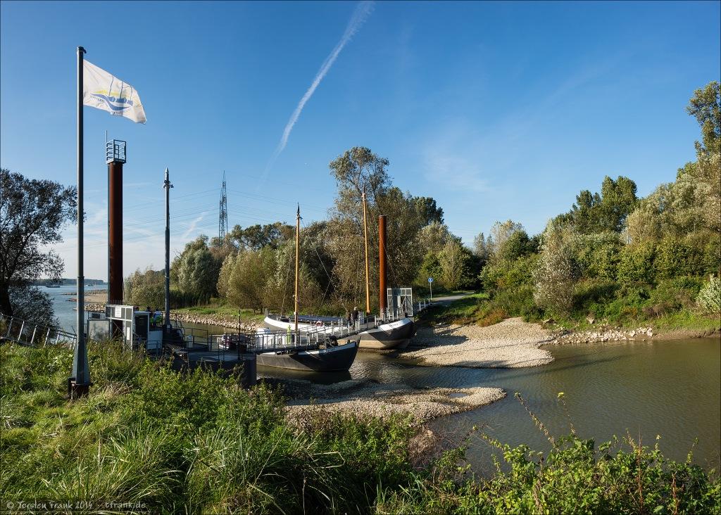 Diese schmale Brücke ruht auf drei kleinen Booten, welche Einigkeit und Recht und Freiheit getauft wurden. Einigkeit fehlt momentan noch, dieses Boot wird momentan durch einen Ponton ersetzt. Man kann diese Brücke nur zu Fuß oder mit dem Fahrrad erreichen. Auf ihr gibt es ein kleines Café, welches Getränke, Kaffee und leckeren Bio-Kuchen verkauft.