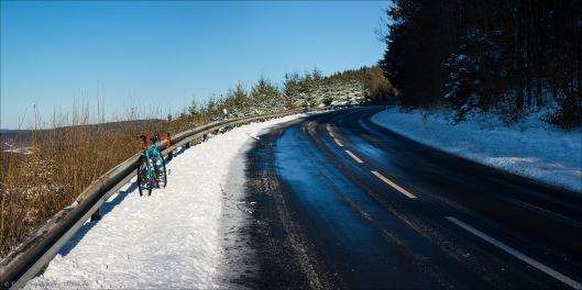 An der Haincher Höhe. Noch zwei Kurven, dann ist die Kuppe erreicht und eine lange (heute mit Schneematschgries und Schnee) und nicht zu steile Abfahrt ins Hessen wartet.