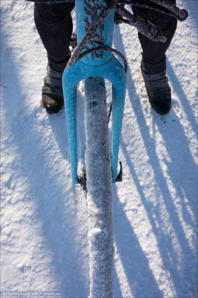 Schnee am Rad und auf dem Boden und Salz an der Front.