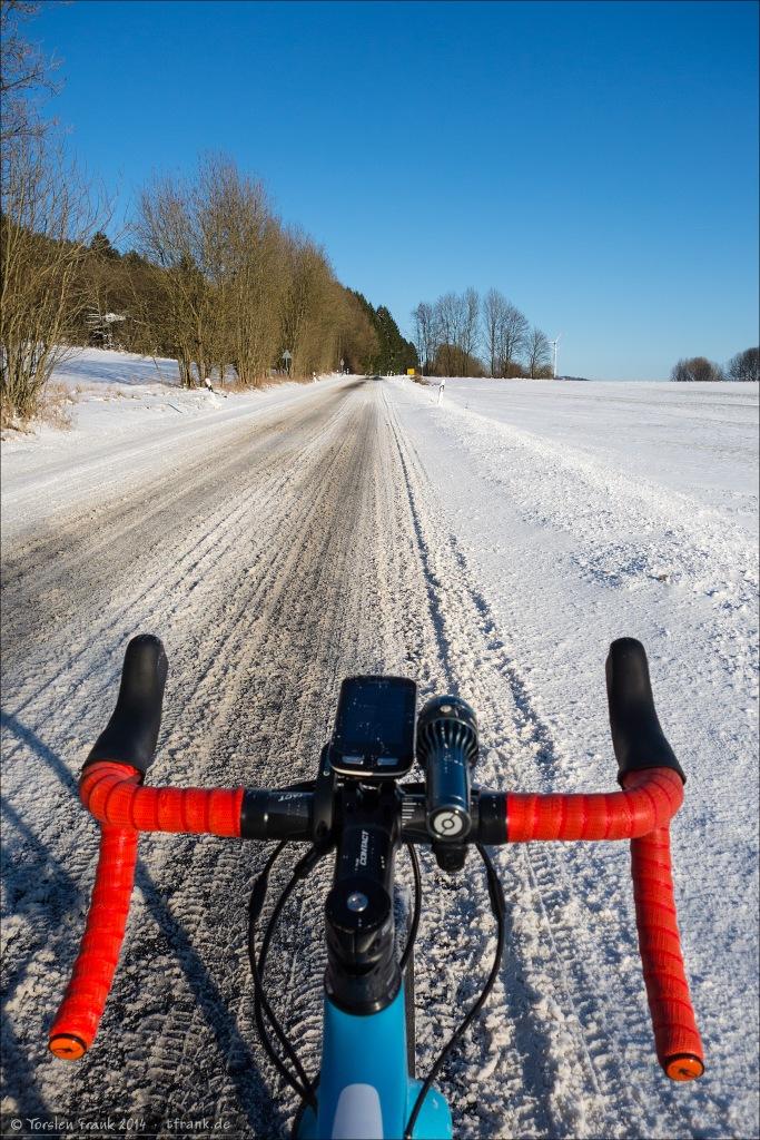 Verschneite Straße zwischen Mandeln und Fischelbach.