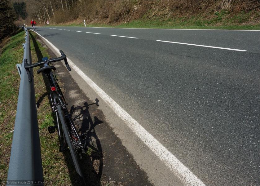 Die B 62 nahe Lützel. Zwar eine Bundesstraße, aber wie so oft im Siegerland und Wittgenstein doch nicht so stark befahren, wie anderswo in der Republik.