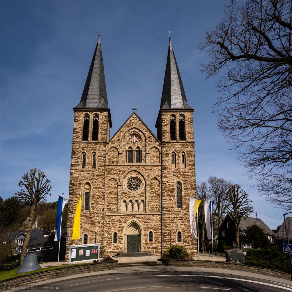 """Die Martinikirche in Netphen. Ein """"Squaropan"""" (3 Aufnahmen zu einem Panorama)"""