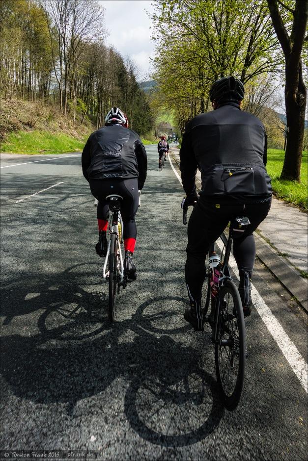 Radelnd aufwärts durch das Lennetal mit Fabian und Thorsten im Vordergrund, weiter vorn in der Mitte Roland.