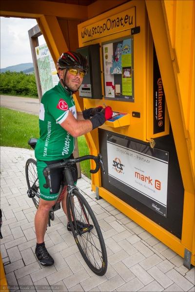 Roland füllt die Stoppomat-Karte aus.