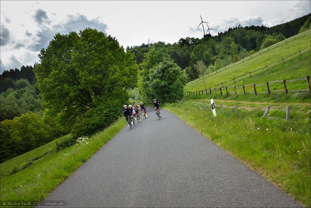 253 km durch die Nordeifel. Die meisten davon über solch schöne und absolut unbefahrene Nebenstraßen mit sehr gutem Zustand und glatten Asphalt.