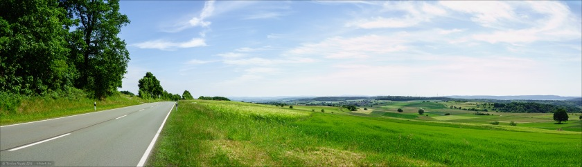 Auf Höhe Laisa kurz vor Battenberg öffnet sich dieses weite Panorama von den Ederberghöhen über das Ederbergland und den Burgwald.