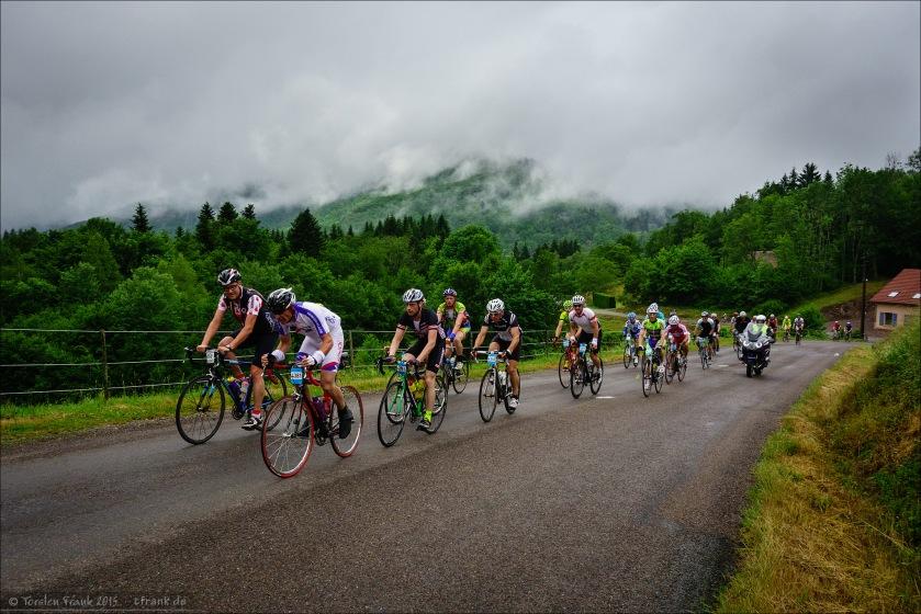 Im Einstieg zum Anstieg des Col des Chevrères. Tief hängen die Wolken an den Hängen.