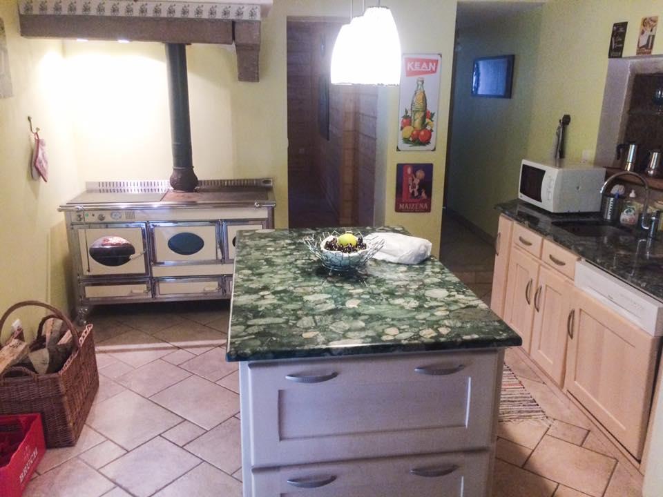 Gut ausgestattete Küche mit rustikalem Herd. Foto: Marko.