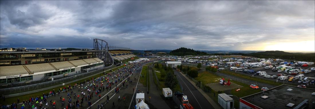 Startpanorama - Das Wetter bessert sich, 16 Stunden Rad am Ring nehmen ihren Lauf. (Foto: Sportograf)