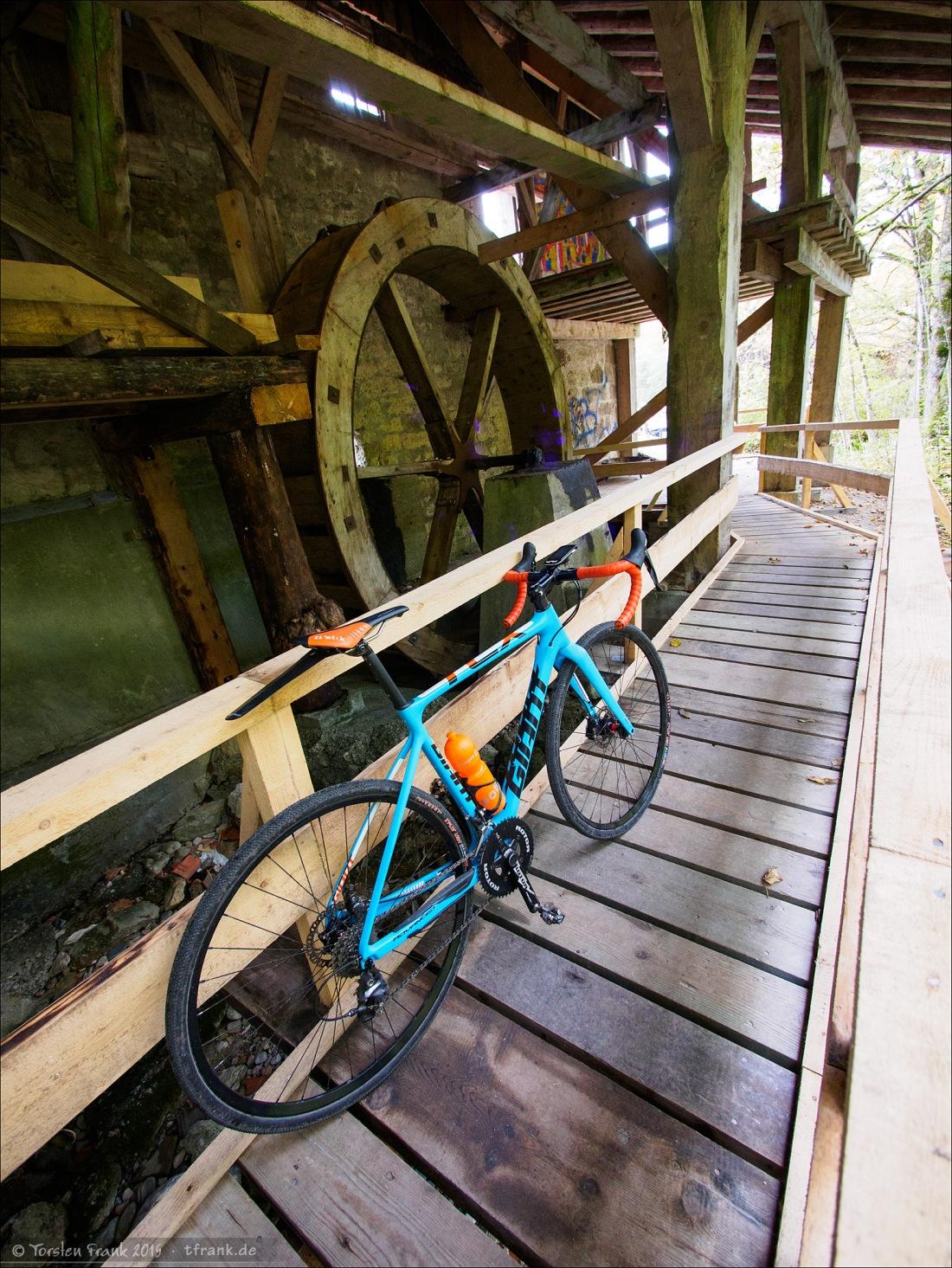 Von der ehemaligen Gipsmühle steht nur noch eine Fassade und dahinter ist noch etwas Holzgewerk, etwas Fluder und das rückschlächtige Wasserrad erhalten. Interessanterweise ist auf einer Tafel vor der Fassade ein unterschlächtiges Rad dargestellt. Seltsam.