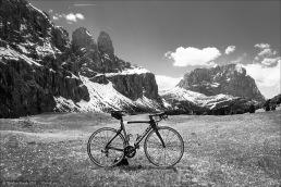 Kann es eine traumhaftere Gegend zum Testen eines Rennrades geben? Wohl kaum! Das Pinarello Dogma F8 am Grödner Joch mit dem Sellastock und dem Langkofel im Hintergrund.
