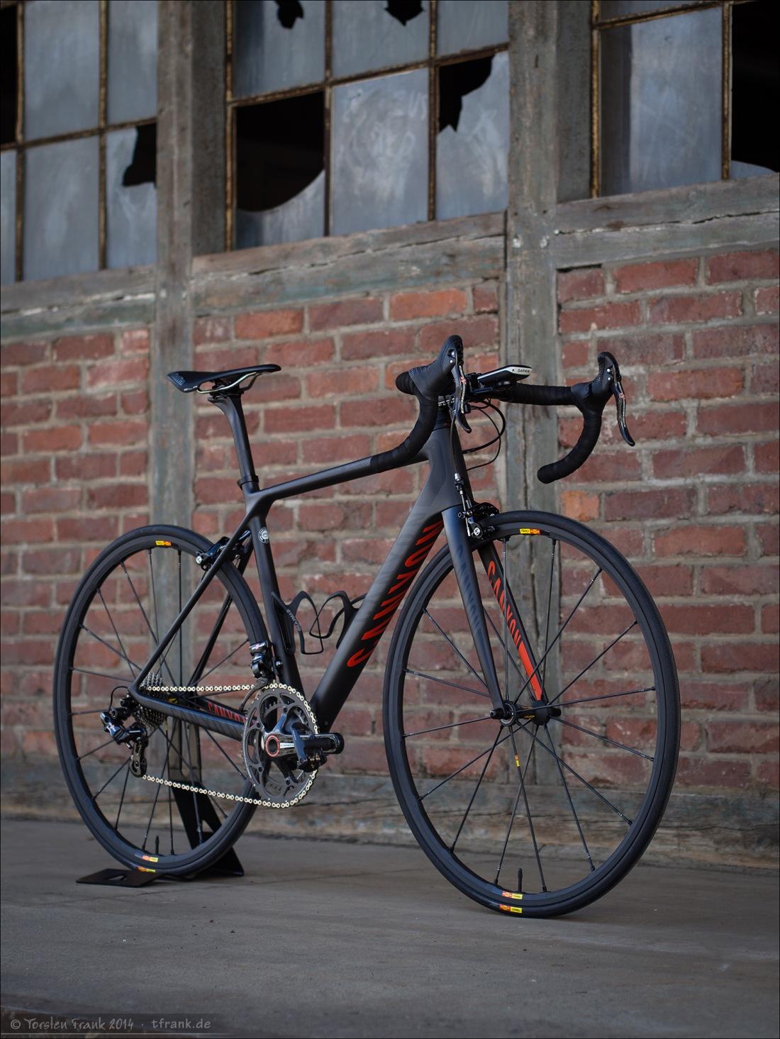 Foto 1: Rad wird verkauft wie dargestellt, insbesondere mit dem Sattel. Aber ohne die Campagnolo Kurbel (ersetzt durch Power2Max Campagnolo Leistungsmesskurbel), ohne Garmin Edge Radcomputer und Halterung und ohne Radständer).