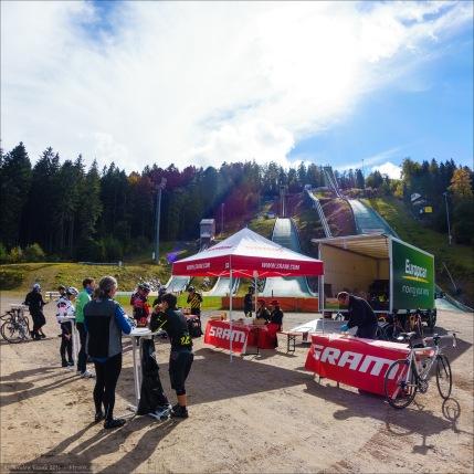 In Hinterzarten wurden wir an den Schanzen von hübschen Schwarzwaldmädels mit Bollenhüten, Bauernbrot, Schinken, Käse und (alkoholfreiem) Bier (plus Schorle, Cola-Mix und Iso) empfangen.