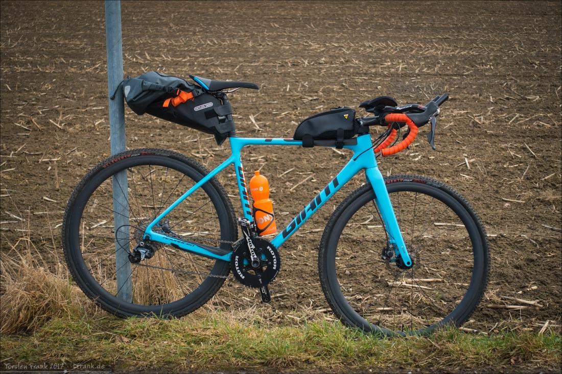 Mein TCX Advanced Pro 1 als momentane Testplattform für die unterschiedlichsten Bikepacking und Ultradistanz-Teile. Im Foto aktuell die Ortlieb Seat-Pack, die Syntace C3 Aerobars und auf dem Oberrohr die große Topeak Fuel Tank.