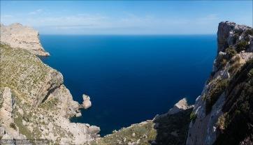 Tief die Sichten in die Buchten. Tief... blau das Meer.