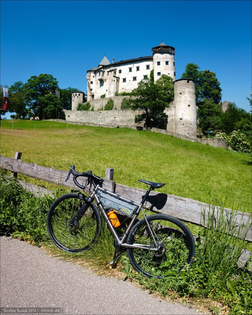 J.Guillem Orient vor Schloss Prösels bei Völs am Schlern