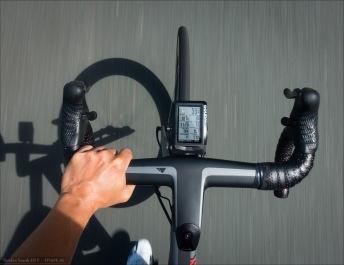 (Aero)Cockpit Ansicht. Asphalt-Teppich. Das H36 Aerocockpit CF meines Canyon Ultimate CF SLX. Wahoo Elemnt Radcomputer auf dem integrierten Garmin-Halter.