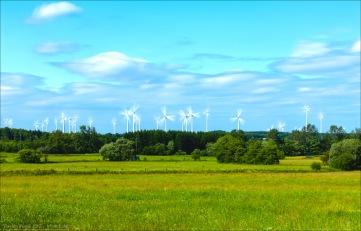 Nahe dem Vogelsberg. Hessische Landschaft, viele Windräder und sehr viel Wind